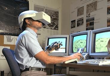 Le premier casque de réalité virtuelle accompagné de gants de données