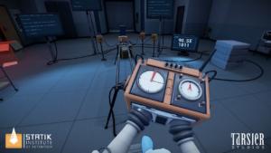 Le jeu Statik sur PSVR, coincé dans un labo étrange, lles mains attachées à un appareil mystérieux