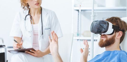 Un patient en hôpital utilise un casque de réalité virtuelle sous le contrôle d'un médecin